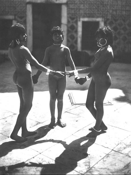 Lehnert_et_Landrock_-_Les_trois_gracircces_Tunisie_vers_1900-1910 1_zps9lzyjrel.jpg